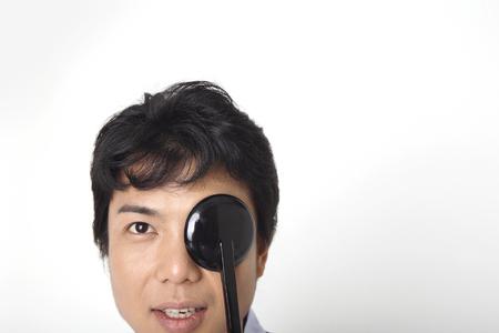 視力検査を受ける男性
