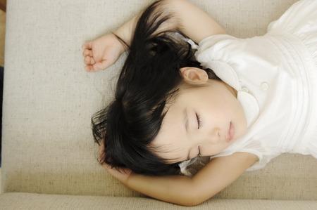 enfant qui dort: Toddler faire la sieste