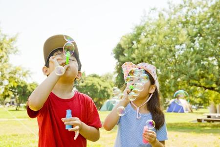 Meisjes en jongens om zeepbellen te maken