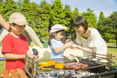 가족은 바베큐를 즐긴다.