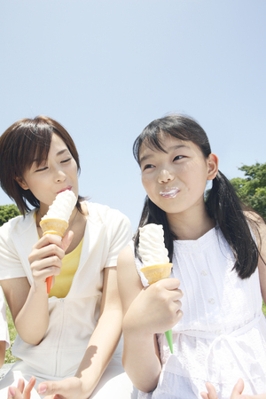 one piece dress: Mother and daughter to eat soft-serve ice cream Stock Photo