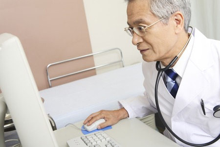 personal computer: Male doctor to operate the personal computer