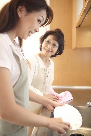 嫁と姑が皿洗いをする