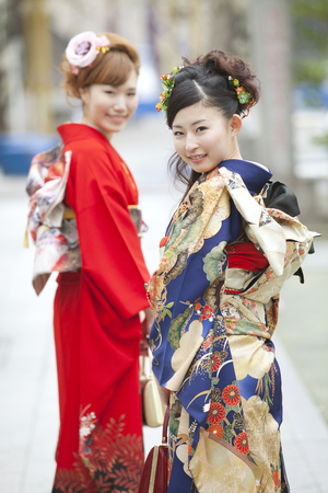 early 20s: 2 women of kimono wearing that smile looking back