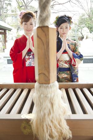 mujeres orando: Dos mujeres rezando a Furisode kimono Foto de archivo