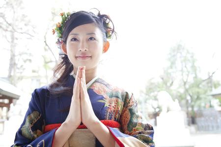 振袖着物祈る女性