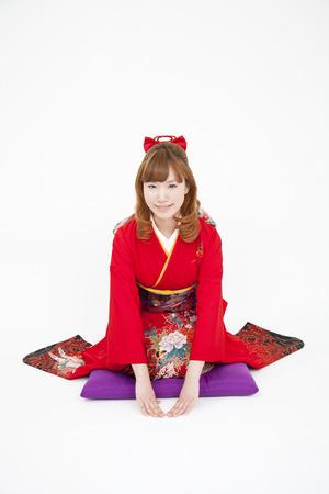 early 20s: Women kimono figure to bow