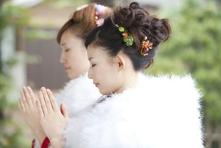 振袖姿に祈る二人の女性