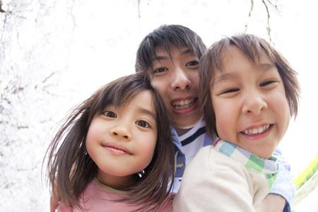 niños riendose: Padre e hijo a sonreír bajo el cerezo Foto de archivo