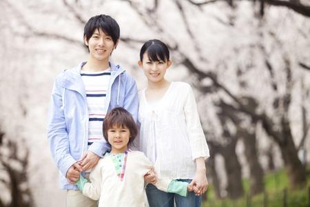 桜の木の下で笑顔を家族