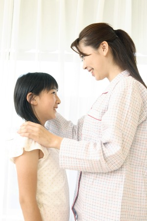 entertain: Mother entertain the daughter of the shoulder, Stock Photo