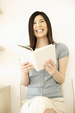 seres vivos: Ni�a leyendo un libro