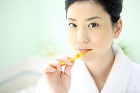 Vrouw om tandpasta