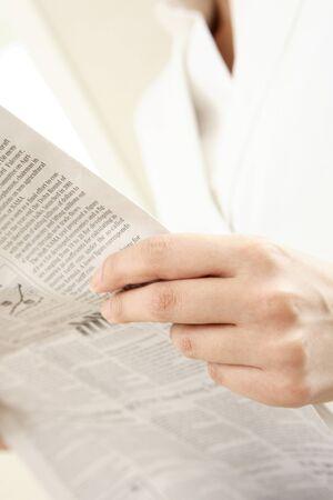 新聞を読む準備ができてのビジネスの手 写真素材