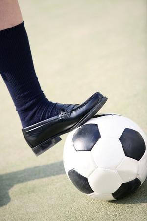 convivencia escolar: Los pies de las niñas de la escuela secundaria para detener el balón de fútbol Foto de archivo