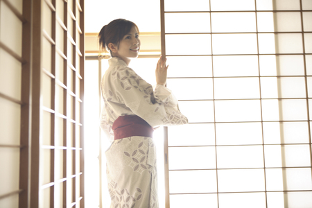 sliding: Yukata woman to open the sliding door