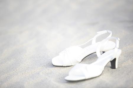 sandalias: Sandalias puestas en la arena Foto de archivo