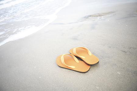sandalias: Sandalias puestas en la playa