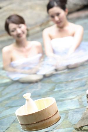 bottle liquor: botella de licor que contiene una tina de ba�o Foto de archivo