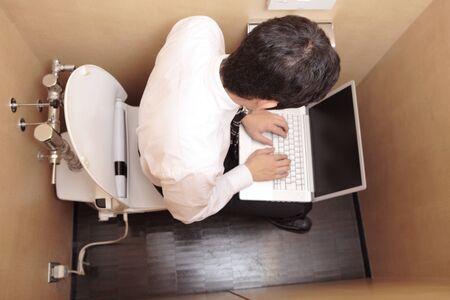inodoro: Salaryman a la computadora en el inodoro