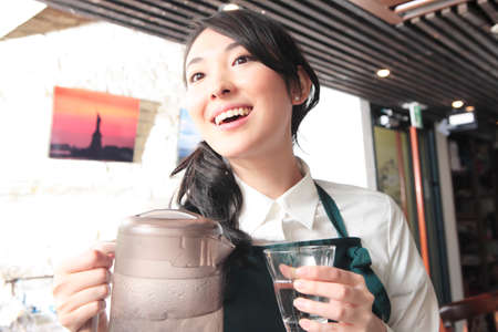 pour water: Waitress to pour water