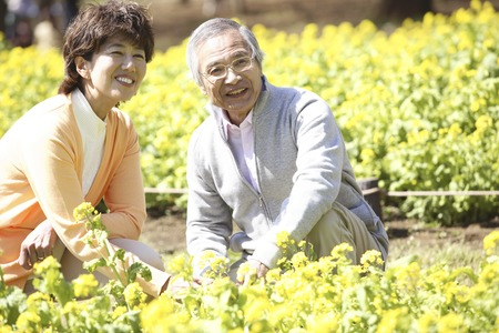 Flower garden and a senior couple Imagens
