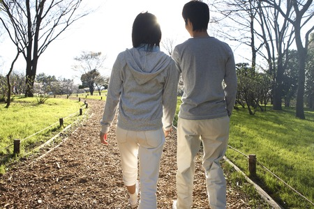 カップルが公園を歩く