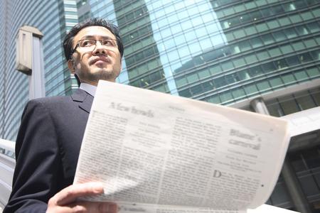 新聞を持ったビジネスマン