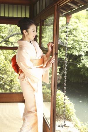 Kimono woman to open the glass door