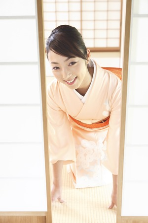 sliding: Kimono woman to open the sliding door