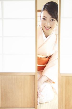 doings: Kimono woman to open the sliding door