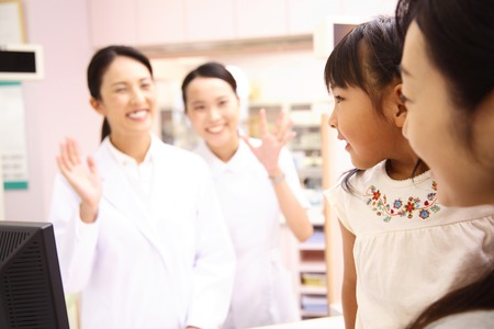 Nurses and pharmacists to shake the hand to girl