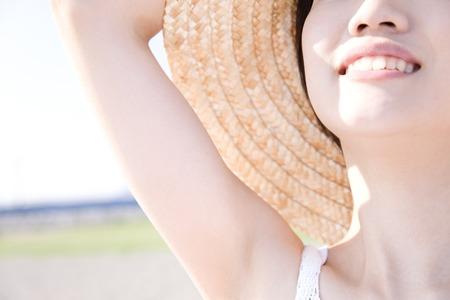 chapeau de paille: image femme victime d'un chapeau de paille