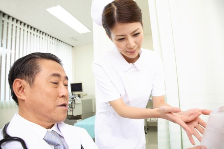 nursing record: Nurse to report the condition of the patient to the doctor Stock Photo
