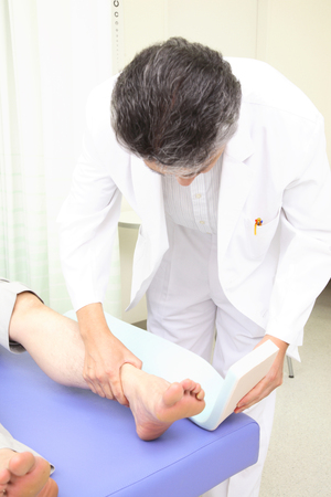 splint: Doctor para adjuntar una férula de la pierna del paciente Foto de archivo
