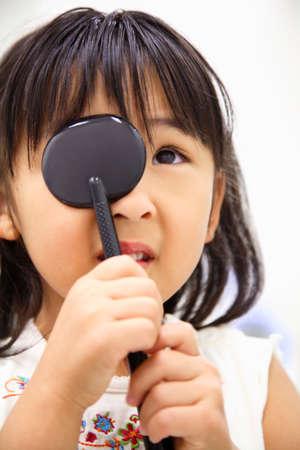 examen de la vista: Chica para recibir el examen de la vista