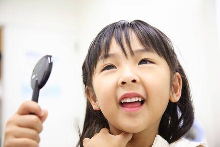 prueba de vision: Chica para recibir el examen de la vista