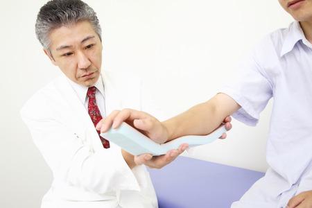 splint: Doctor para fijar la fractura del brazo en la férula