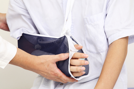 utiles de aseo personal: brazo de la fractura a suspendi� el hombre Foto de archivo