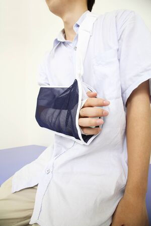 fracture arm: arm of the fracture to suspended the man