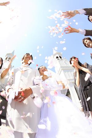 신부와 신랑 꽃 샤워 축복을받을