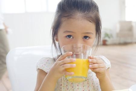 los seres vivos: Chica beber jugo