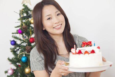 weihnachtskuchen: Frau mit einem Weihnachtskuchen l�chelnd