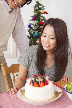weihnachtskuchen: Couple stare Christmas cake