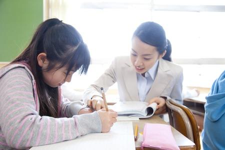 学生の勉強を教える女教師