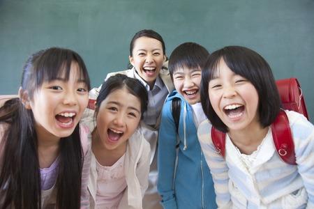 초등학생 남성과 여성과 여성 교사의 미소