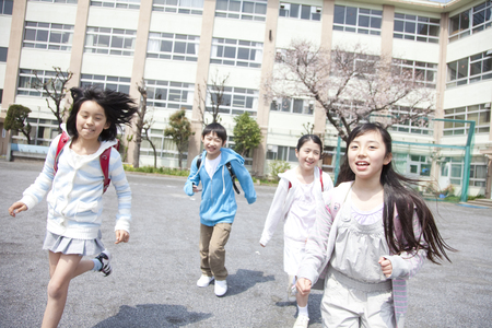 Four elementary school students to be home from school 写真素材