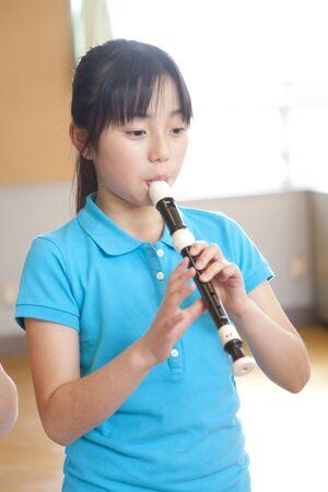 grabadora: ni�as de la escuela primaria soplan la grabadora