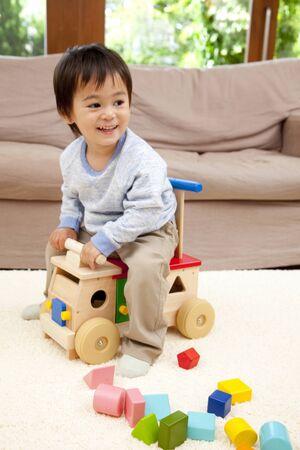 carretilla: Muchacho que juega en carretilla