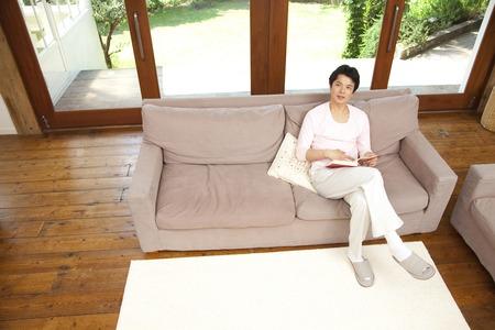 seres vivos: Los hombres se sientan en el sofá de la sala